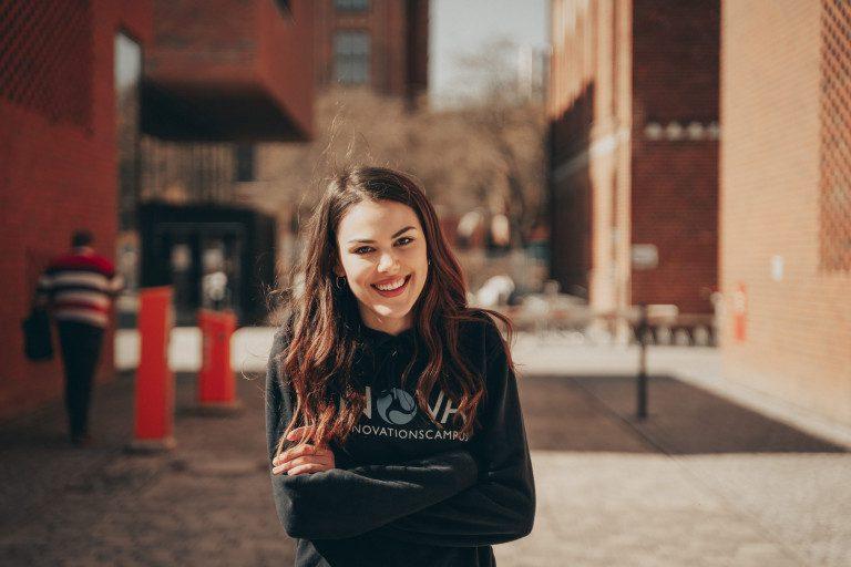 Studentin auf dem Campus zum Semesterstart